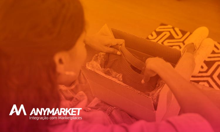 Cliente preparando pacote de troca para logística reversa de moda, no blog do ANYMARKET