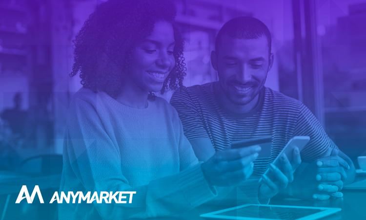 Uma mulher e um homem aproveitando o Dia do Cliente no ecommerce, no blog do ANYMARKET