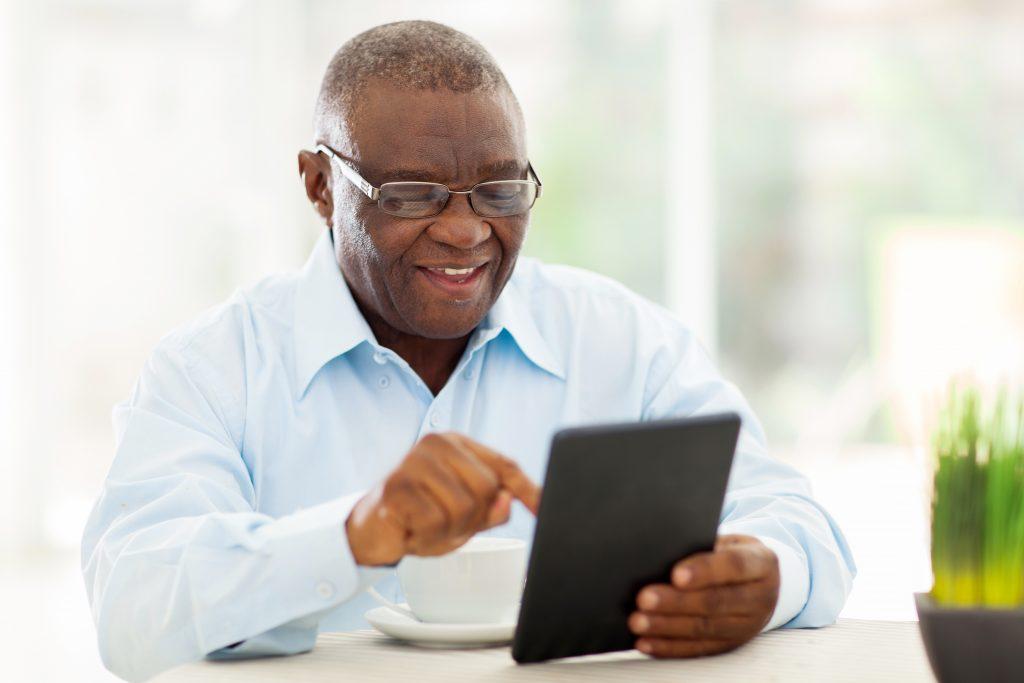 senhor-de-idade-usando-varejo-online