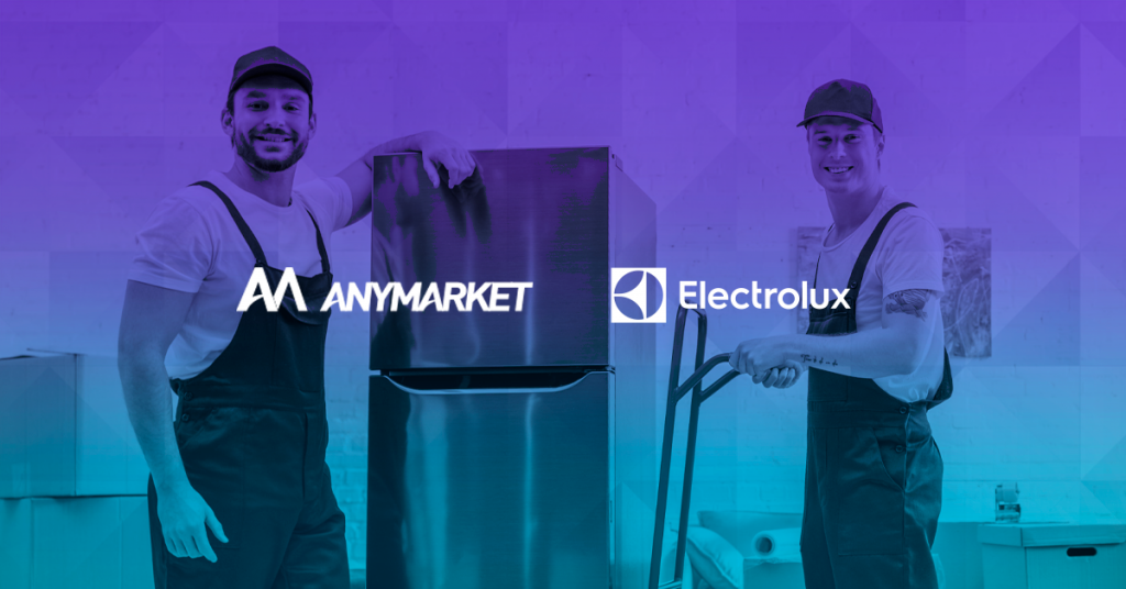 Foto de trabalhadores entregando geladeira, ilustrando o case Electrolux e ANYMARKET