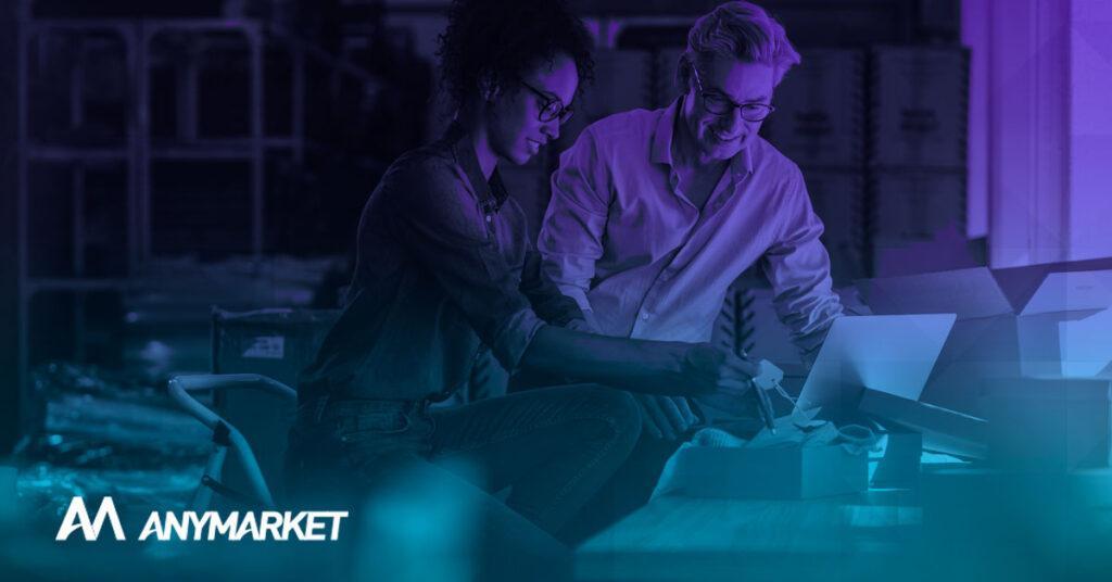 Sellers estudando sobre como centralizar operação de e-commerce com uma plataforma de vendas em marketplaces, no blog do ANYMARKET