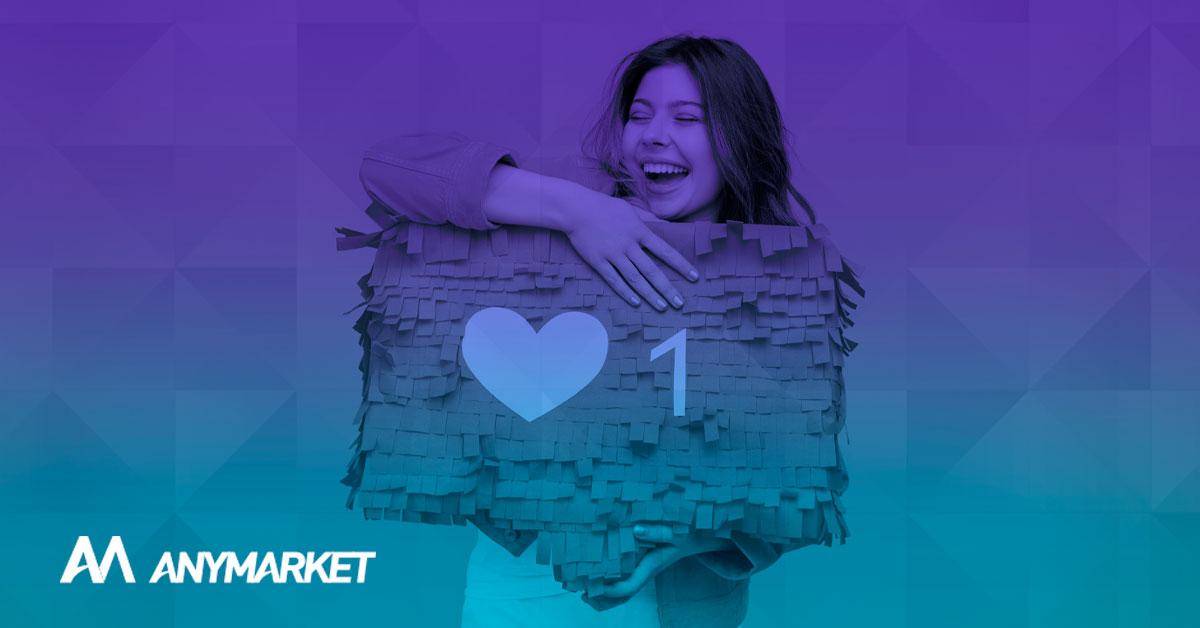 Modelo abraça uma notificação de rede social, ilustrando o artigo de redes sociais para e-commerce, o blog do ANYMARKET