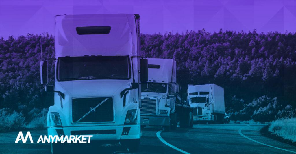 Logística no Brasil sendo retratada por caminhões na estrada