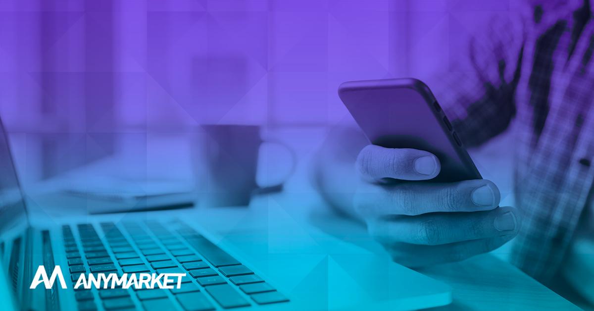 Consumidor acessando redes sociais de e-commerce