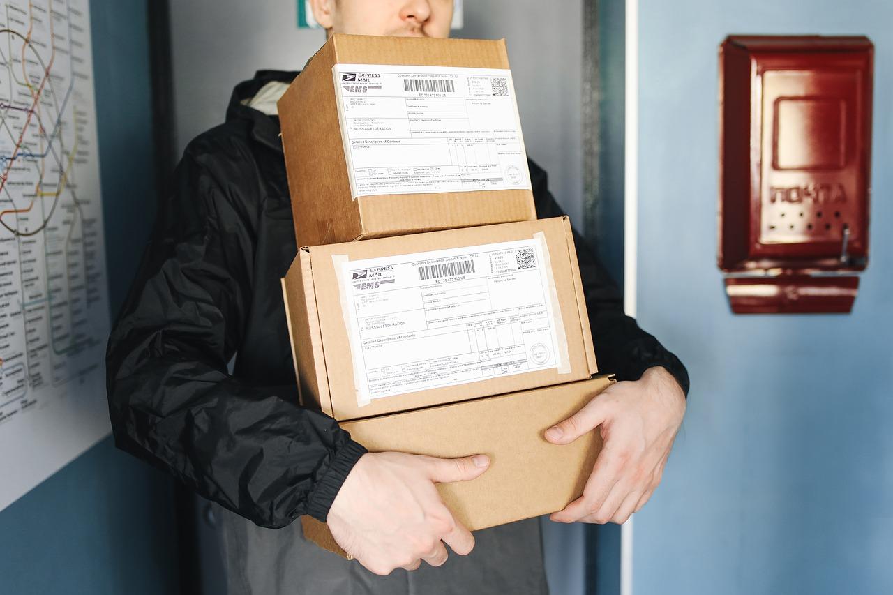homem realizando uma entrega por ecommerce