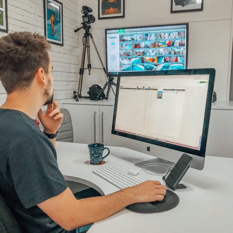 Gabriel Bollico utilizando seu computador.