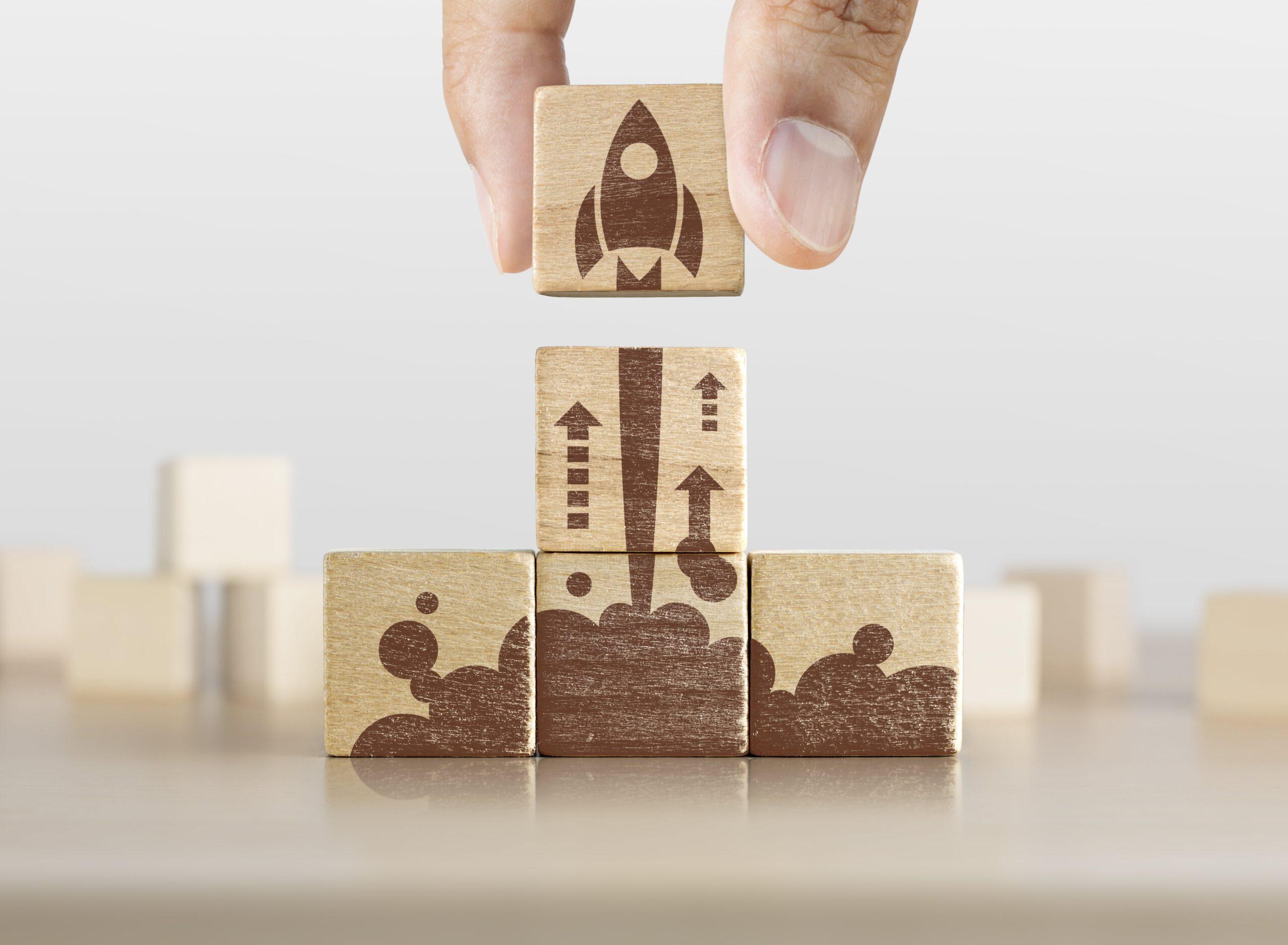 Blocos de madeira com desenho de foguete decolando.