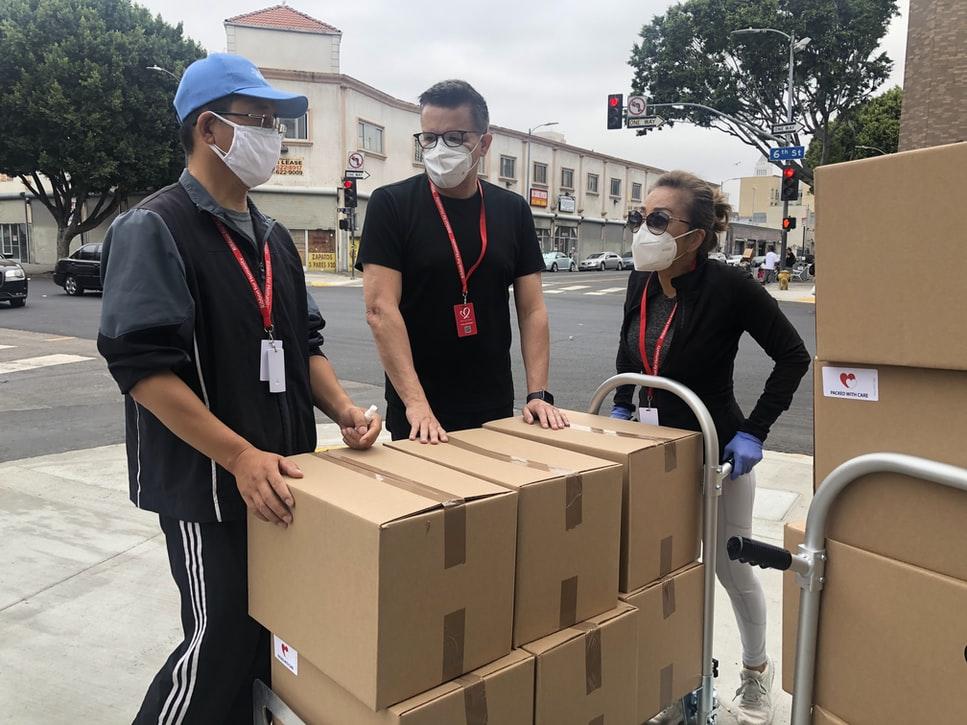 Equipe de trabalho recebendo produtos para o estoque.