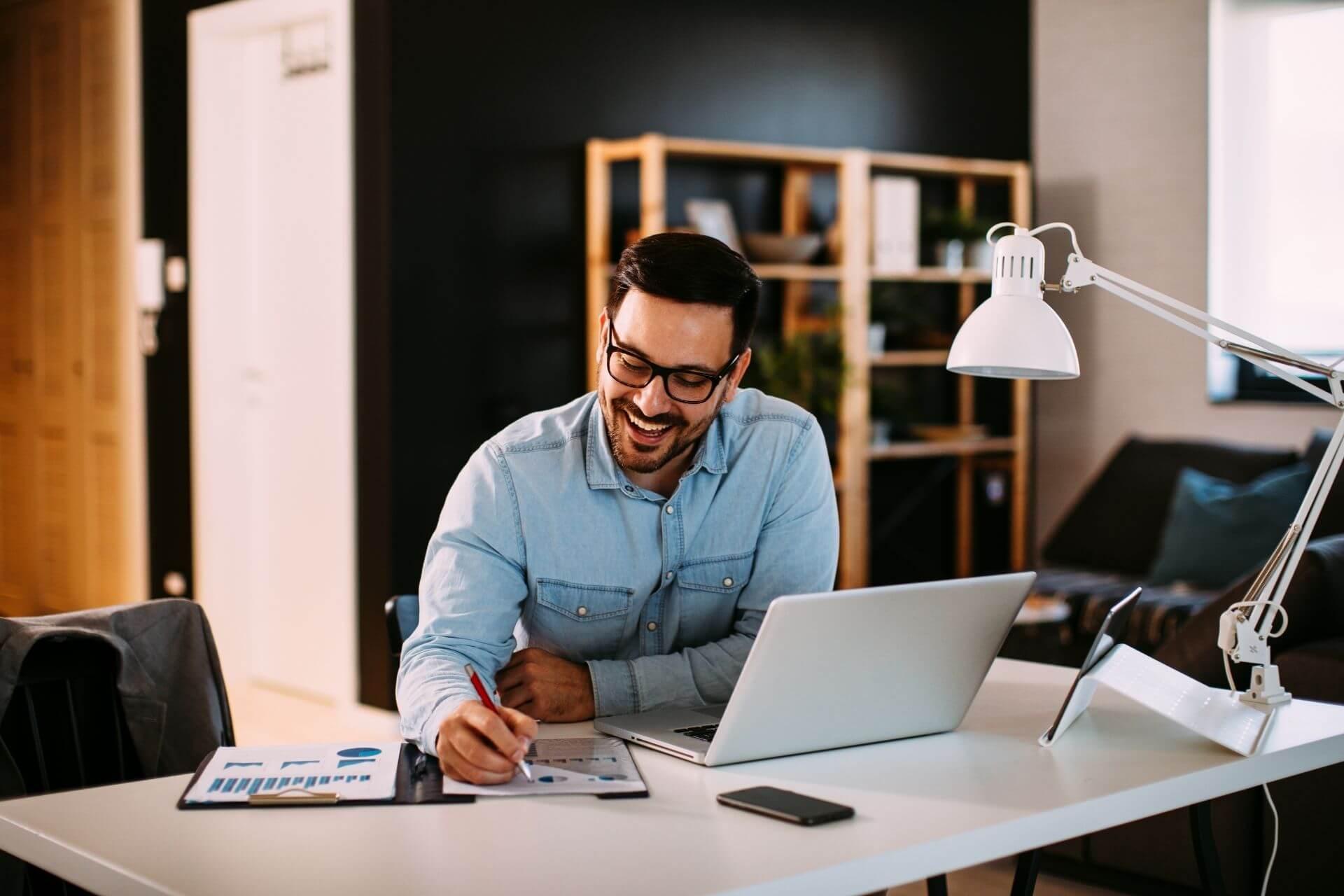 Homem analisando dados do ERP para manter a saúde fiscal da empresa.