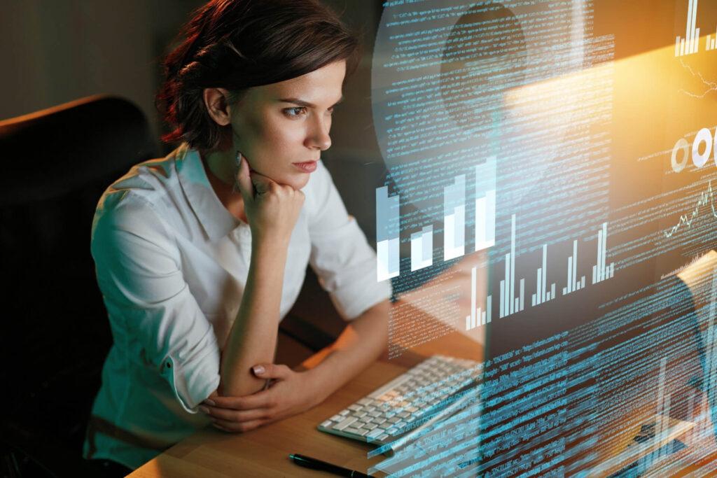 Mulher analisando se é o momento de contratar um integrador de marketplace.