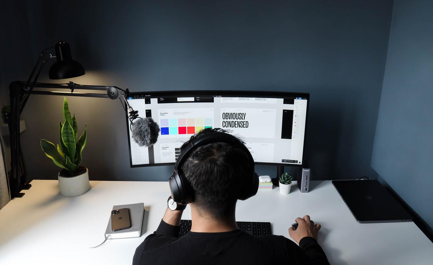Pessoa construindo marca no computador, olhando cores e fontes para design.