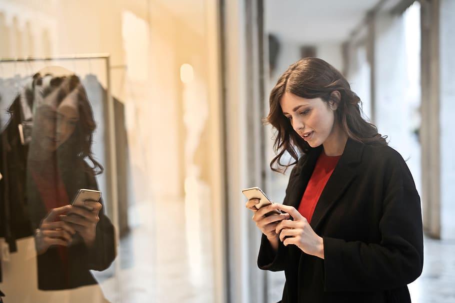 mulher em shopping comprando pelo celular