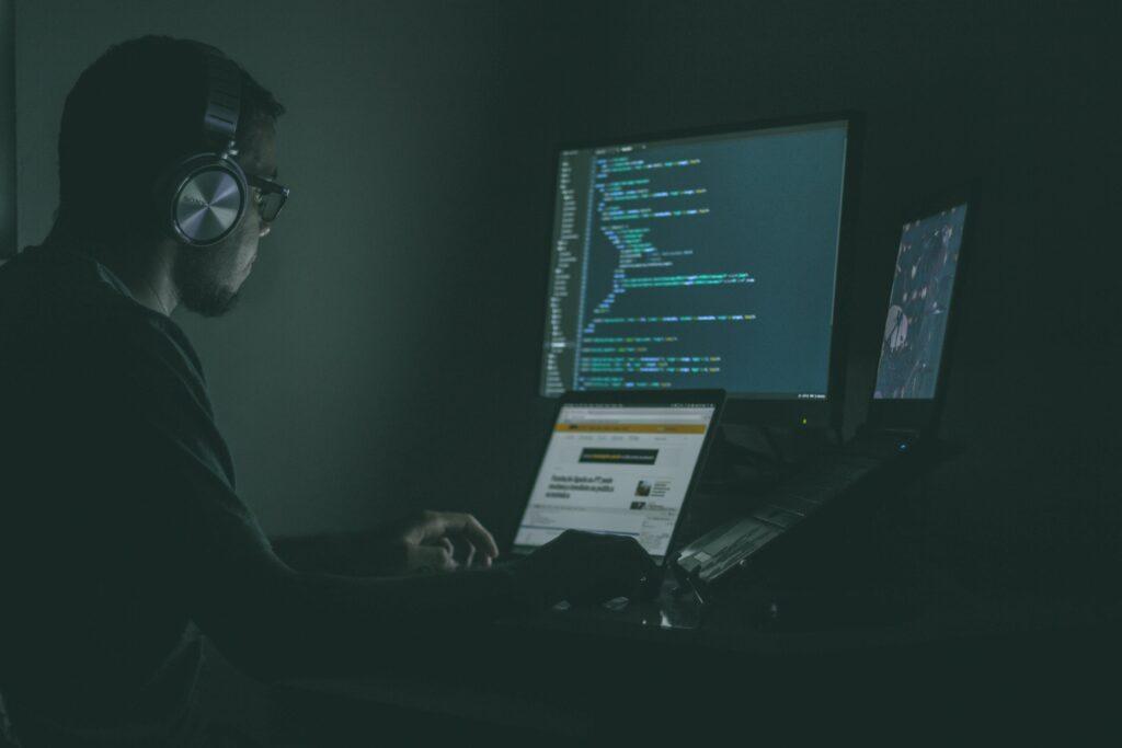 Homem programando o ecossistema do hub de integração