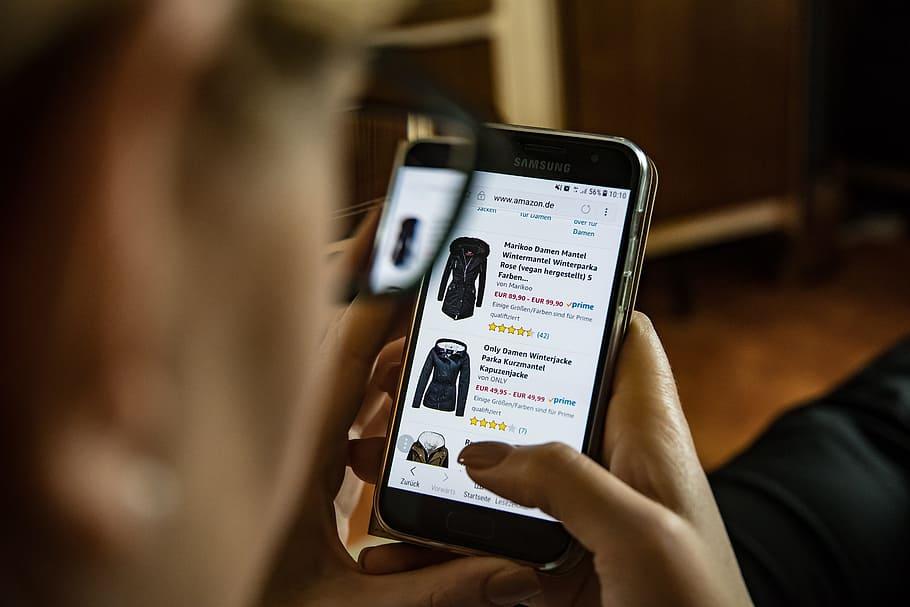 pessoa fazendo compras online com o que é omnichannel